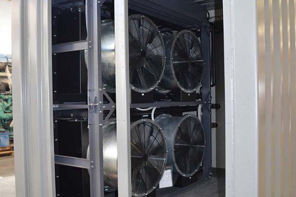 Sistema di raffreddamento con 4 elettroventilatori in container per MTU 1800 kva